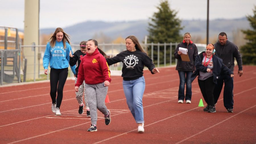 THEY'RE RUNNING: (l to r) Student helper freshmen Sheridan Coles paces  Ayrissen Meyer while Bailey Skinner pulls ahead with help from junior Kim Choma, and Pru Martinez closes fast from the rear.
